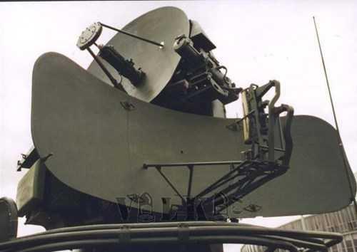 Đài radar định vị theo dõi mục tiêu 1S31 (dưới) và  radar định vị phát hiện mục tiêu SOTs 1S11 (trên).