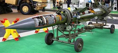 Mô hình tên lửa 3M9 với mặt cắt hiển thị các thiết bị bên trong.