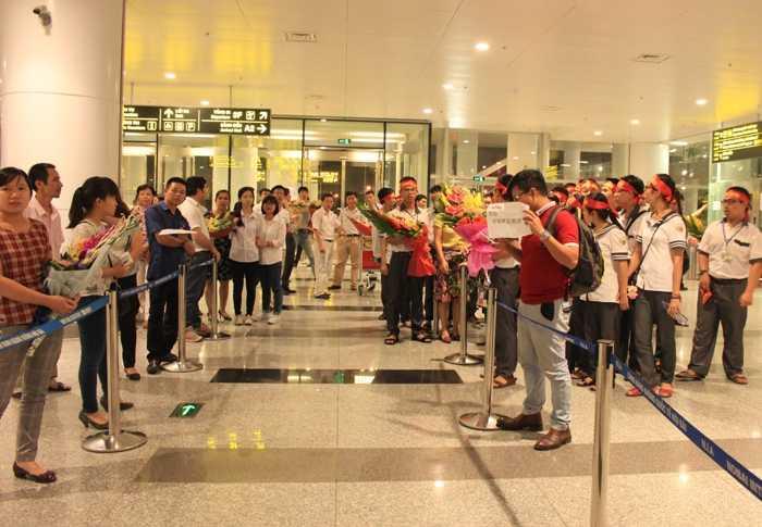 Rất đông người thân, thầy cô, bạn bè đã ra tận sân bay đón các em học sinh sau kỳ thi trở về.