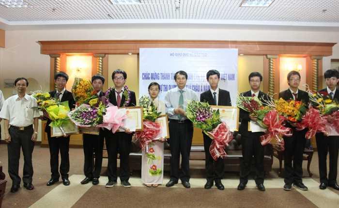 Thứ trưởng Bộ GD - ĐT Phạm Mạnh Hùng trao bằng khen cho 8 học sinh đạt giải.