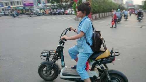 Rất hiếm thấy xe máy điện có biển số xuất hiện trên đường.