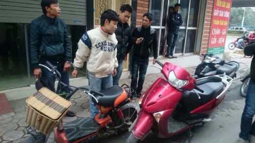 Hai đối tượng trộm xe máy điện bị bắt trữ trước Bách hóa Thanh Xuân