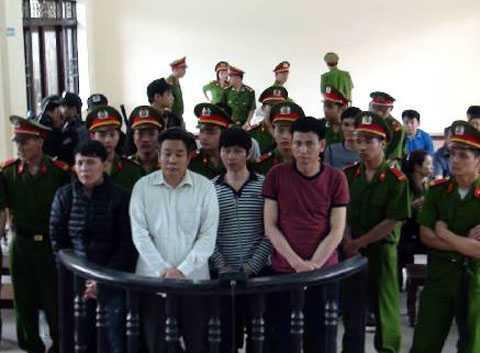 Nguyễn Văn Hoàn (ngoài cùng bên phải) trong phiên xử hồi tháng 4/2014.
