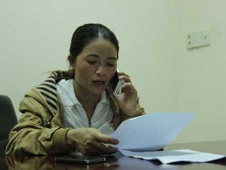 Chị Hồng ngồi đọc văn bản trả lời của Công an quận Tân Bình  vào sáng 12.5