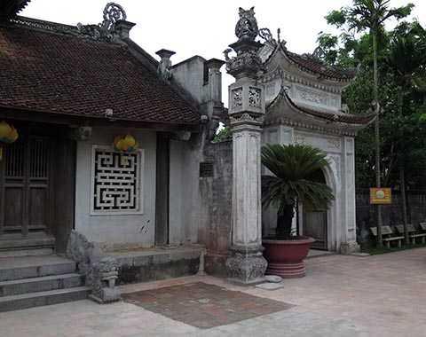 Dấu tích lắp ghép lại sân gạch khi bia đá 'Trần Triều đế miếu' được tháo dỡ, di dời