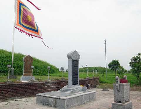 Chiều ngày 14/5, trước một gò mộ vua Trần, một tấm bia đá và một tấm bia đá ốp đồng vẫn 'án binh bất động'