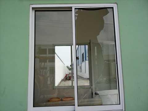 Nhiều cửa kính Công ty SW bị đập vỡ. Ảnh: Phan Cườg