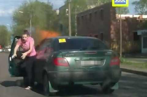 Người phụ nữ lao ra khỏi xe ngay trước khi chiếc xe phát nổ
