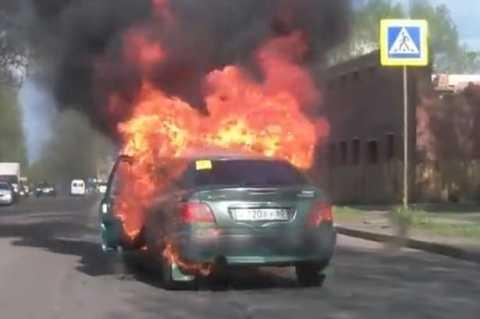 Chiếc xe bị nhấn chìm trong biển lửa chỉ sau 3 phút