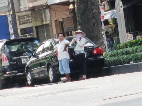 Đôi nam nữ tự ý đứng ra giữ xe và thu tiền phí đậu xe trên đường Châu Văn Liêm (đoạn từ đường Hồng Bàng đến Nguyễn Trãi, Q.5).