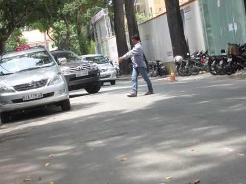 Sau đó hướng dẫn chủ phương tiện đậu xe vào vị trí.