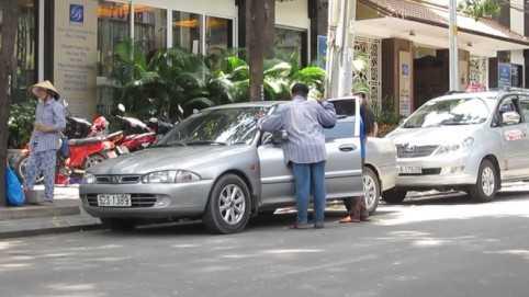 Tương tự, ở góc đường Lê Duẩn - Nguyễn Bỉnh Khiêm, P.Bến Nghé, Q.1 cũng có một người đàn ông mặc đồ mặt mày bặm trợn hướng dẫn đậu xe dưới lòng đường và trên lề đường (có kẻ ô lớn dành cho ô tô).