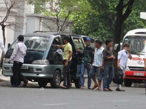 Đường Tản Đà, Q.5 bị một số tay anh chị có số má tự lập bãi giữ xe thu phí 20.000 - 30.000 đồng/xe.