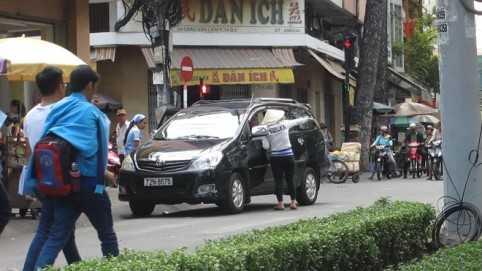 Tất cả các xe ô tô muốn đậu trên đường Châu Văn Liêm đều bị người phụ nữ này chỉ lại khu vực đậu xe từ đoạn đường Hồng Bàng đến Nguyễn Trãi.