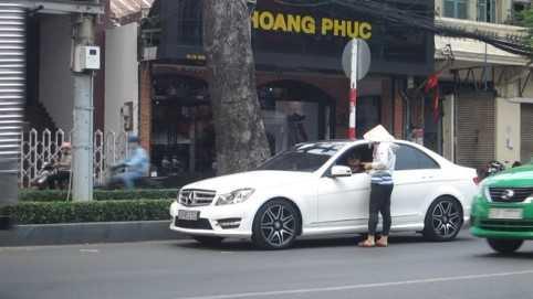 Trưa ngày 15.5, một phụ nữ vừa dừng xe trên đường Châu Văn Liêm thì bị người phụ nữ tới đòi thu tiền đậu xe.