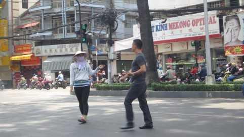 Một người đàn ông vừa bước ra khỏi xe thì bị người phụ nữ chặn lại đòi thu tiền đậu xe.