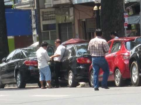 Đường Lê Văn Hưu (P.Bến Nghé, Q.1), hễ có xe ô tô chạy qua, ngay lập tức có một người đàn ông đứng tuổi, chạy ra giữa đường ngoắc xe.