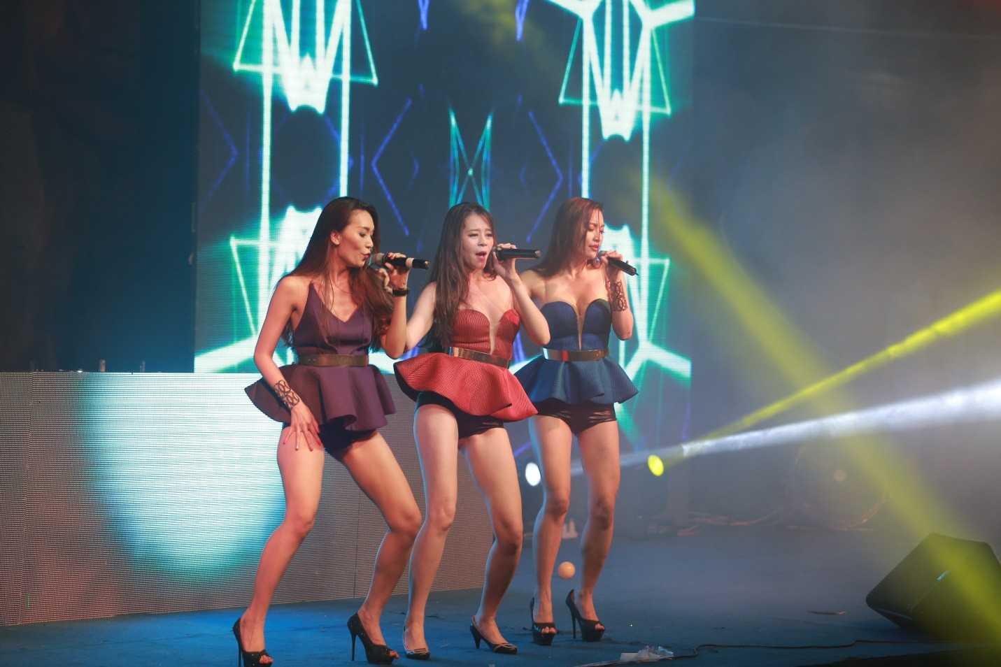 Những cô gái chân dài S Model khiến bầu không khí thêm cuồng nhiệt