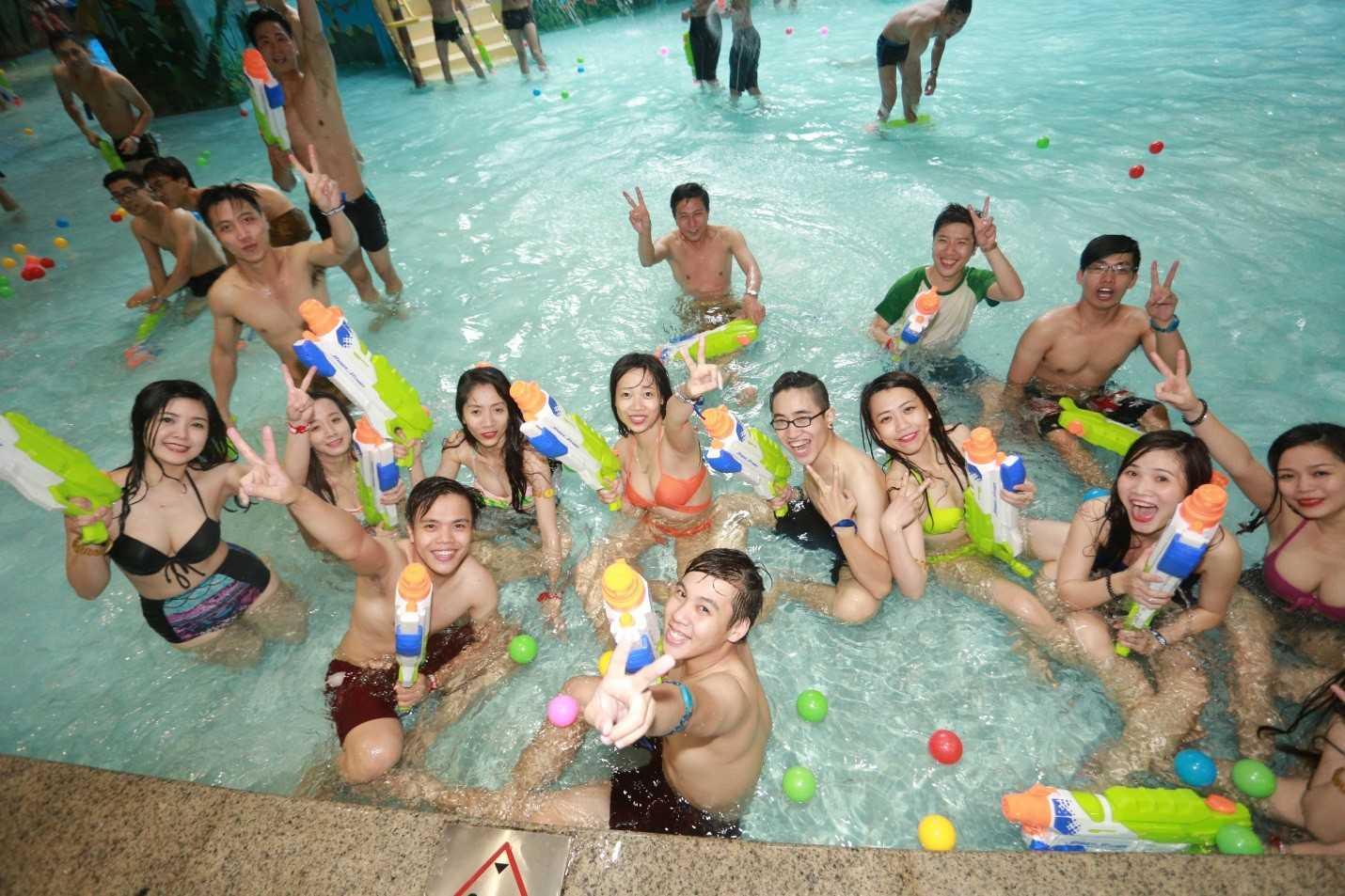 Các bạn trẻ Hà Nội đã có một buổi tiệc dưới nước không thể quên