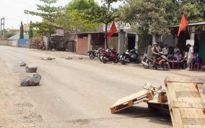 Người dân dùng đồ vật chặn đường xe ben ra vào mỏ đá do bức xúc.