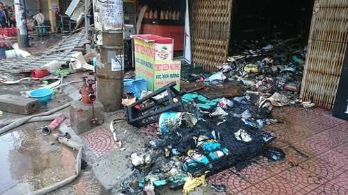 Hàng hóa của các ki ốt bị thiêu cháy