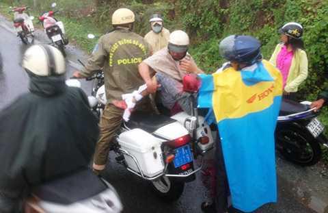 Ngay khi đến hiện trường, CSGT với sự hỗ trợ của người dân đã nhanh chóng đưa nạn nhân đi cấp cứu.
