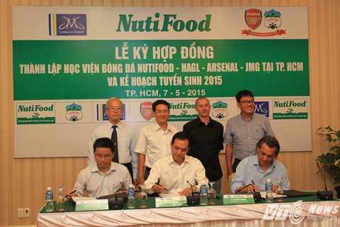 Ông Lê Nguyên Hòa (ngồi giữa) ký thỏa thuận hợp tác với đại diện HAGL và JMG