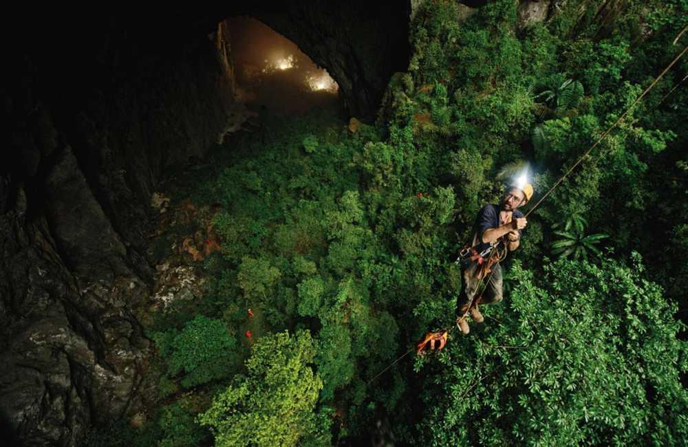 Khi leo trèo trong hang sẽ phải sử dụng tới rất nhiều các trang bị bảo hộ và dây cáp, dây thừng