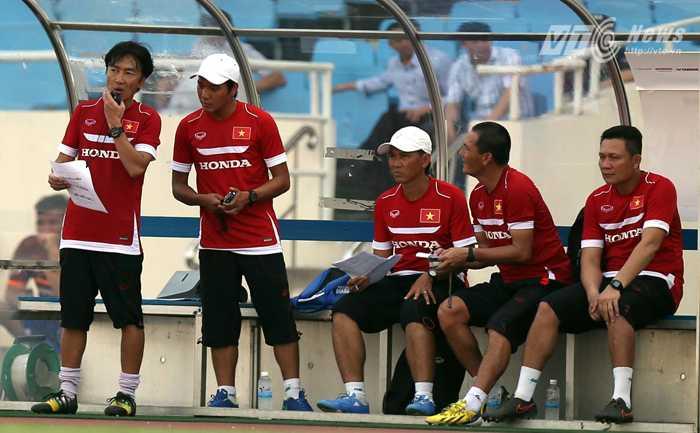 Miura và ban huấn luyện tuyển VN (Ảnh: Quang Minh)