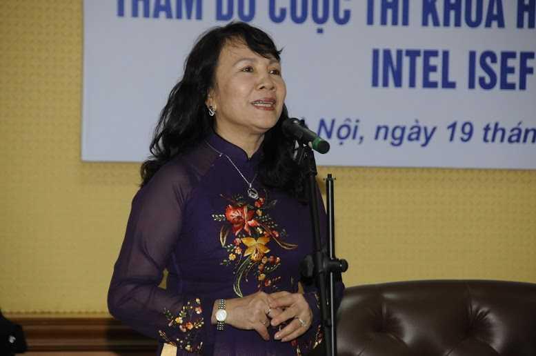 Bà Nguyễn Thị Nghĩa (Thứ trưởng Bộ GD&ĐT) chúc mừng các em học sinh đoạt giải