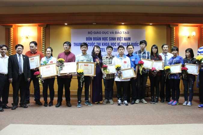 Tất cả học sinh nhận Giấy chứng nhận và hoa chúc mừng của Bộ GD&ĐT.