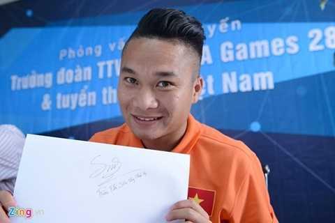 Tiền vệ của SLNA ký tặng người hâm mộ