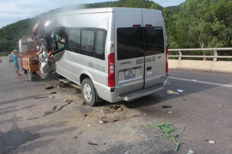 Chiếc xe du lịch nát bét phần đầu sau khi đâm mạnh vào đuôi xe tải.