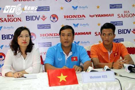 HLV U23 Việt Nam trả lời phỏng vấn (Ảnh: Quang Minh)