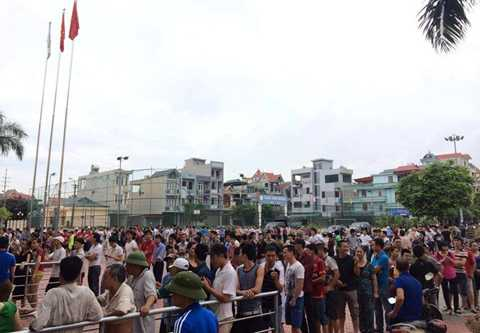 Khán giả Quảng Ninh xếp hàng từ 5h sáng chờ mau vé (Ảnh: Zing)