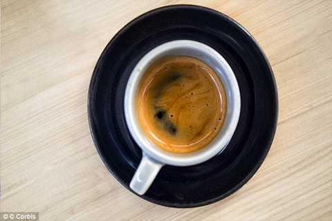 Một cốc cà phê hòa tan chứa khoảng 100mg cafein, trong khi một cốc cà phê lọc chứa khoảng 140mg.