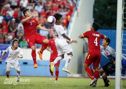 Hàng thủ Việt Nam chơi không tốt trận đấu với U23 Myanmar (Ảnh: Quang Minh)