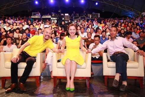 Tối qua trong chương trình Bài hát yêu thích tháng 5, NTK Đức Hùng cùng nhà thơ Vi Thùy Linh, nhạc sĩ Nguyễn Vĩnh Tiến là ba khách mời bình luận