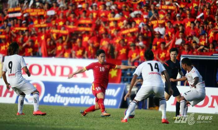 Công Phượng đi bóng giữa vòng vây U23 Myanmar (Ảnh: Quang Minh)