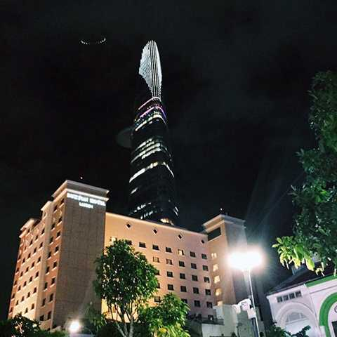 Hình ảnh vật thể lạ giống đĩa bay xuất hiện ở góc trái, ngay phía trên sân đỗ trực thăng tháp Bitexco ÀNH: KHOA TRẦN
