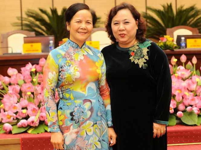 Nguyên chủ tịch HĐND TP Hà Nội Ngô Thị Doãn Thanh (trái) và tân Chủ tịch HĐND TP Hà Nội Nguyễn Thị Bích Ngọc (phải) tại kỳ họp