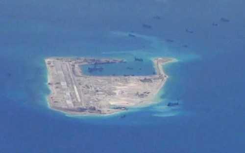 Hình ảnh do máy bay do thám P-8A Poseidon của Mỹ chụp tại Đá Chữ Thập thuộc quần đảo Trường Sa của Việt Nam, cho thấy Trung Quốc đang xây đảo nhân tạo phi pháp ở đây - Ảnh: Reuters