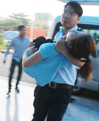 Hàng loạt công nhân nữ được đưa đến bệnh viện. Ảnh: Hoàng Trường
