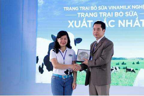 Bà Lê Tuyết Mai – PGĐ Quỹ Bảo Trợ Trẻ Em trao kỷ niệm chương cho Giám đốc Trang trại Vinamilk Nghệ An trong chuyến thăm trang trại vừa qua