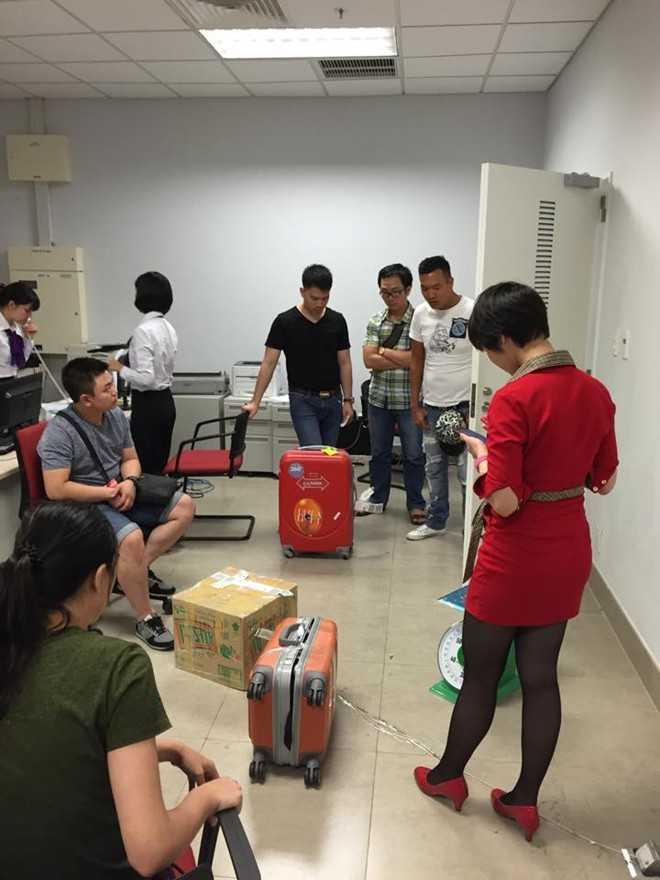 Nhân viên Vietjet đang xác nhận việc hành lý của hành khách bị thiếu hụt