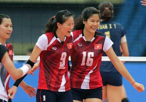 Các cô gái Việt Nam đang giằng co điểm