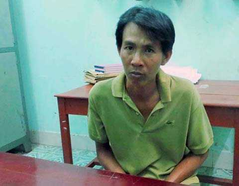 Trần Hữu Toàn tại cơ quan công an sau khi dùng xăng đốt người yêu