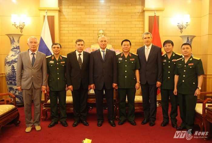 Đoàn đại biểu Quân đội Việt Nam chụp ảnh cùng đoàn Cục Phản gián quân sự - cơ quan An ninh Nga - Ảnh: Hồng Pha