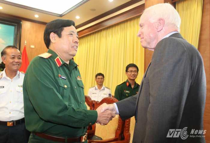 Đại tướng Phùng Quang Thanh chào mừng Thượng nghị sỹ Hoa Kỳ John McCain sang thăm và làm việc tại Việt Nam - Ảnh: Hồng Pha