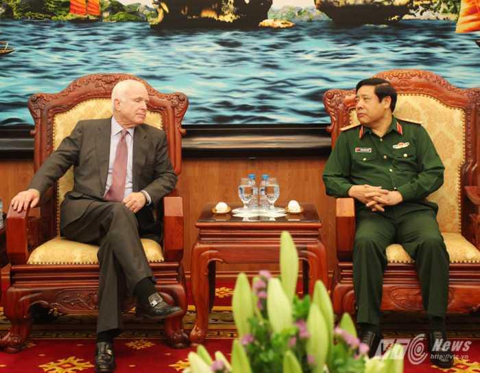 Đại tướng Phùng Quang Thanh và Thượng nghị sỹ Hoa Kỳ John McCain tại buổi tiếp - Ảnh: Hồng Pha